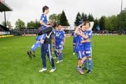 Jubel nach dem Sieg gegen den FC Aarau. (Bild Roger Zbinden/Neue LZ)
