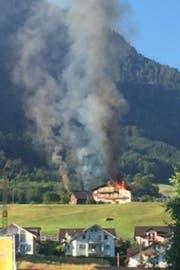 Der brennende Stall in Buochs. (Bild: Leserreporter Edgar Reiser)