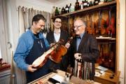 Peter Boner (rechts) in seinem Geigenbauatelier zusammen mit seinen Nachfolgern Ufuk Irgin (links) und Micha Sennhauser. (Bild Manuela Jans)