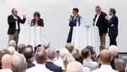 Stehen beim Podium zur Altersreform 2020 auf der Bühne (v. l.): Pirmin Frei (CVP, Kantonsrat, Baar), Bea Heim (SP-Nationalrätin, Solothurn), Patrick Eugster (Jungfreisinnige), Harry Ziegler («Zuger Zeitung») und Bruno Pezzatti (FDP-Nationalrat, Menzingen). (Bild: Stefan Kaiser (22. August 2017))