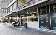 Patrick Wismer wird gemeinsam mit zwei weiteren Mitstreitern das Grand Café in der Stadt Zug übernehmen und es in «Hello World City» verwandeln. Bild: Stefan Kaiser (28. Oktober 2016)
