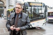 VBL-Direktor Norbert Schmassmann vor dem batteriebetriebenen Testbus am Bahnhof Luzern. (Bild: Alexandra Wey/Keystone (1. Februar 2018))