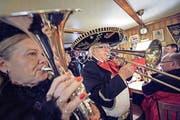 Der 90-jährige Walter Strebel posaunt sich in seine 55. Fasnachtssaison. (Bild: Pius Amrein)