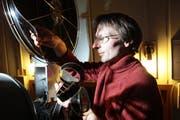 Kobi Barmettler kontrolliert einen Film. (Bild Roger Zbinden/Neue NZ)