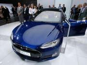 Mit einem Elektroauto dieses Typs, Tesla Model S (Symbolbild), geschah im Mai 2016 der tödliche Unfall in Florida. Pikant: der Autopilot «übersah» einen LKW. (Bild: KEYSTONE/AP/MICHAEL PROBST)