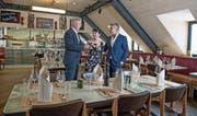 «Monopol»-EigentümerJürg Linsi (links) mit den Gastgebern Hülya und Erdal Sezer im «Botticelli». Bild: Corinne Glanzmann (Luzern, 30. Juni 2017)