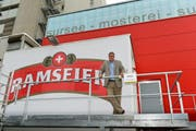 Christian Consoni, CEO Ramseier Suisse AG, vor der neuen Mosterei in Sursee. (Bild: PD/Marcel Sauder)