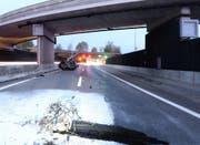 Das Auto stürzte von der Brücke auf die darunterliegende Autobahn A2. (Bild: Luzerner Polizei (Horw, 2. November 2017))