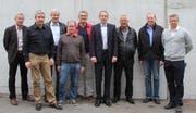 Das Kernteam: von links Markus Schmidle, Sebi Lüönd, Ernst Bucher, Herbert Trudel, Sveto Putincanin, Christian Egli, Karl Küttel, Peter Pfenniger. Zudem rechts der Vertreter der aktuellen Besitzerschaft, Markus Camenzind. Auf dem Bild fehlt Hanspeter Graf. (Bild: PD)