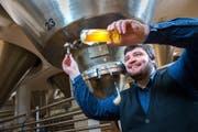 Gleich für mehrere Eichhof-Brauer – im Bild Daniel Spellmeyer – steht fest: Das neue «Trüeb» ist klar das beste Bier im Hause. (Bild: Dominik Wunderli (Luzern, 23. Februar 2018))