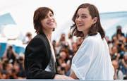 Co-Stars im Film «Les fantômes d'Ismaël»: Charlotte Gainsbourg (links) und Marion Cotillard. (Bild: Ian Langsdon/EPA (Cannes, 17. Mai 2017))