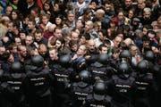 Spanische Polizeieinheiten riegeln in Barcelona den Zutritt zu einer Schule ab, wo sich ein Wahllokal befindet. In grösseren Orten – aber nicht überall – hat die Polizei die Wähler so von den Urnen ferngehalten. (Bild: Alberto Estevez/EPA)