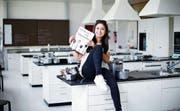 27 Rezepte präsentiert die 18-jährige Kantonsschülerin Graciela Spörry in ihrem Quinoa-Kochbuch.Bild: Stefan Kaiser (Zug, 17. März 2017)