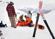 Leider ein schon fast alltägliches Bild auf Skipisten: Ein Mädchen wird im Skigebiet Davos mit Verdacht auf Rückenverletzungen für den Transport ins Tal vorbereitet. (Bild: Keystone/Arno Balzarini)