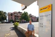 Die ursprüngliche Postfiliale (auf dem Bild Hoteldirektor Dominik Grossenbacher) wechselt die Strassenseite und wird fortan als Postagentur im Seehotel Kastanienbaum weiter geführt. (Bild: PD)