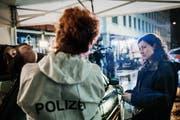 Komissarin Liz Ritschard (Delia Meyer) untersucht den Tatort. (Bild: SRF)