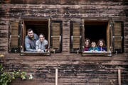 Familie Flühler mit Vater Florian (33), Mutter Jasmin (33) und den Kindern Olivia (10, links), Lina (knapp 3) und Larissa (8) in ihrem Bauernhof weit oberhalb von Weggis. (Bild: Boris Bürgisser/LZ)