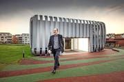 Nach 23 Jahren Forschung ist Schluss. Alexander Klapproth vor dem Besucherzentrum des i Home Lab.Bild: Pius Amrein (Horw, 17. November 2016)