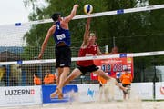 Tom van Steenis (Holland) gegen Simon Gray (Australien). (Bild: FIVB)