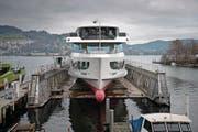 Trockengelegt: die «Diamant» in der Luzerner Werft. (Bild: Corinne Glanzmann (Luzern, 11. Dezember 2017))