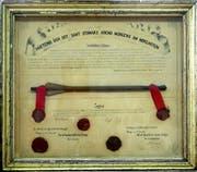 So eingerahmt und mit Siegeln und Unterschriften beglaubigt hängt der «Hünenberger Pfeil» im Sitzungszimmer der Unterallmeind-Korporation Arth. (Bild: PD / Erich Ketterer)