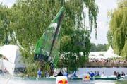 """Das Team """"Harnass"""" aus Willerzell / Schwyz startet mit seinem Fluggeraet """"Kief-air"""" beim Red Bull Flugtag. (Bild: KEYSTONE/PATRICK B. KRAEMER)"""