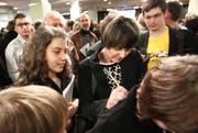 Bundesrätin Micheline Calmy-Rey gibt im Theater Uri Autogramme. (Bild: Philipp Schmidli/Neue LZ)
