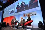 Moderatorin Michèle Schönbächler interviewt CEO Bruno Thürig (links) und Bankratspräsident Heini Portmann. (Bild: pd)
