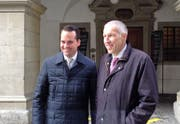 Damian Müller (links) und Konrad Graber freuen sich am Sonntagnachmittag vor dem Luzerner Regierungsgebäude über ihre Wahl. (Bild: Flurina Valsecchi)