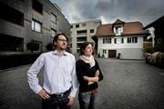 Das Montessori Kinderhaus beim Moosbachhof in Zug. Auf dem Bild zu sehen sind Markus und Simone Fehlmann (Schulleitung) vor dem Primarschulgebaeude. (Bild: Pius Amrein / Neue ZZ)