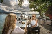 Die Sunset Bar beim Hotel Seeburg in Luzern ist prädestiniert für einen Feierabend-Drink bei Sonnenuntergang. (Bild: Pius Amrein (Luzern, 12. Juli 2017))