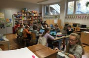 Eine Schulklasse in Rothenburg löst Informatiik-Aufgaben. (Bild: Dina Mazzotti / PD)