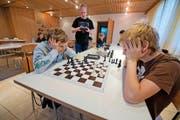 Jannic Togni (links) und Elias Lehmann zeigen ihr Können. Sie erlernen im Kinderschachclub Ballwil die Taktiken des Schachspiels. (Bild Dominik Wunderli)