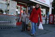 Anwohnerin Esther Purtschert hat soeben mit ihren Kindern im Marktplatz-Laden eingekauft. (Bild Nadia Schärli/Neue LZ)