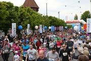 Läufer starten zum Luzerner Stadtlauf auf der Bahnhofstrasse im vergangenen Jahr. (Bild: Philipp Schmidli)