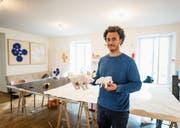 Bär und Tiger: Origamikünstler Sipho Mabona im Atelier in der Altstadt Luzerns mit zweien seiner Frühwerke. (Bild: Roger Grütter (9. August 2017))