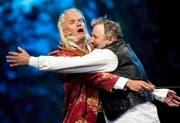 Musikalisch heldenhaftes Zusammentreffen: Andrea Zogg als Tell (rechts) und Albrecht Hirche als Wagner im Stück «Tell trifft Wagner». (Bild: Keystone/Sigi Tischler)