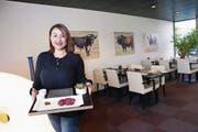 «Toro Toro Steak & Burger»-Chefin Jenny Büttel präsentiert die Spezialität des Hauses. (Bild: Werner Schelbert (24. April 2017))