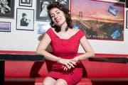 «Das bin ich, und ich fühle mich wohl so»: Vintage-Liebhaberin Eliane Pfister Lipp im Luzerner Restaurant California. (Bild: Dominik Wunderli / Neue LZ)