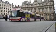 Der VBL-Bus auf der Place de Terraux in Lyon. (Bild: Videostill TCL SYTRAL)