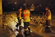 Die Feuerwehr riegelt die Grosssteinstrasse ab. (Bild: Geri Holdener/Bote der Urschweiz)