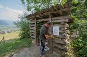 Fredy Achermann von der Stützpunkt Feuerwehr Nidwalden montiert das Feuerverbotsschreiben bei einem Grill- und Picknickplatz am Stanserhorn in Stans. (Bild: Keystone / Urs Flüeler)