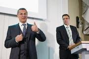 Jürg Bucher, VR-Präsident der Valiant (links), und sein Nachfolger, der heutige CEO Markus Gygax. (Bild: Peter Klaunzer/Keystone (Bern, 5. März 2014))