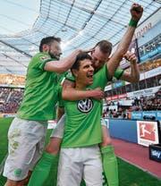 Wolfsburger «Lebensversicherung»: Mario Gomez (vorne). (Bild: Martin Meissner/AP (Leverkusen, 2. April 2017))