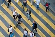 Alltäglich, aber nicht erlaubt: ein Velofahrer, der über den Fussgängerstreifen fährt, anstatt sein Velo zu schieben - aufgenommen am Donnerstagnachmittag beim Bahnhof Luzern. (Bild: Pius Amrein / Neue LZ)