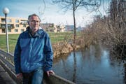Berufsfischer Thomas Hofer ist enttäuscht über das Ja zur Revitalisierung der Sure. (Bild: Boris Bürgisser (Oberkirch, 6. Februar 2018))