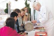 Schüler kochten mit Stefan Meier vom Zuger Gasthaus Rathauskeller eine Spargelcrème-Suppe, hier beim Servieren. (Bild: PD)