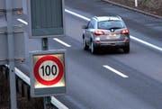 Bevor die Baustelle kam, galt auf der A8 die Tempolimite von 100km/h. (Symbolbild) (Bild: Werner Schelbert / Neue ZZ)