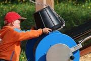 Ein Jung testet die Spielstation «Holzweg» auf dem neuen Energiespielplatz in Entlebuch. (Bild: pd)