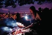 Junge machen Party und legen Grillgut auf den Rost – das ist der Sommertrend in diesem Jahr. (Bild: Ennio Leanza/Keystone (St. Gallen, 1. August 2012))